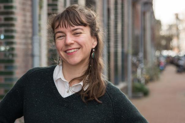 Nadine Kieft voor haar atelier in Amsterdam